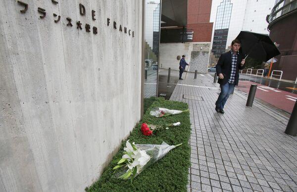 Цветы в память о погибших у французского посольства в Токио, Япония