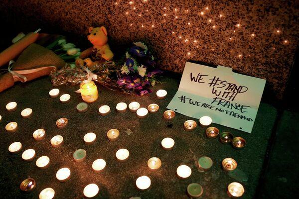 Цветы и свечи в память о погибших в терактах в Париже у Генконсульства Франции в Сан-Франциско, Калифорния