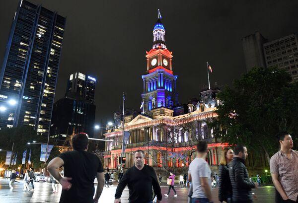 Городская ратуша в цветах французского флага в память о жертвах терактов. Сидней, Австралия