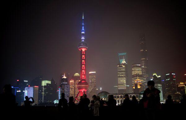 Телебашная «Восточная жемчужина» в цветах французского флага в память о жертвах терактов, Шанхай, Китай