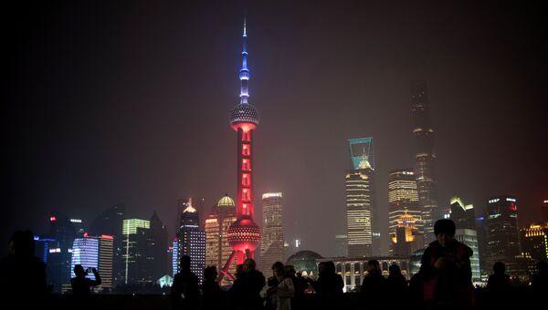 Телебашная «Восточная жемчужина» в цветах французского флага в память о жертвах терактов, Шанхай, Китай. Архивное фото