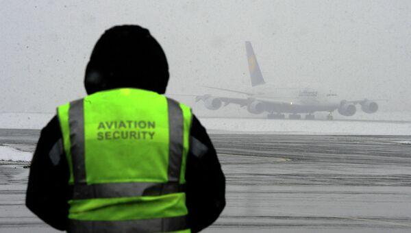 Сотрудник службы безопасности в аэропорту, архивное фото
