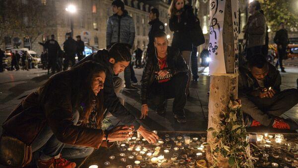 Горожане возлагают цветы свечи на Площади Республики в Париже, в память о жертвах крупнейшего в истории Франции террористического акта, произошедшего 13 ноября 2015 года в Париже