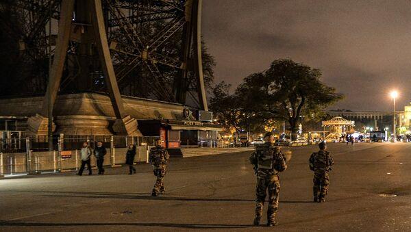 Французские военнослужащие у Эйфелевой башни. Архивное фото