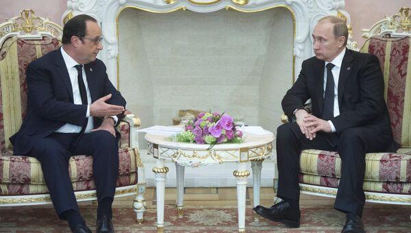 Президент России Владимир Путин и президент Франции Франсуа Олланд . Архивное фото