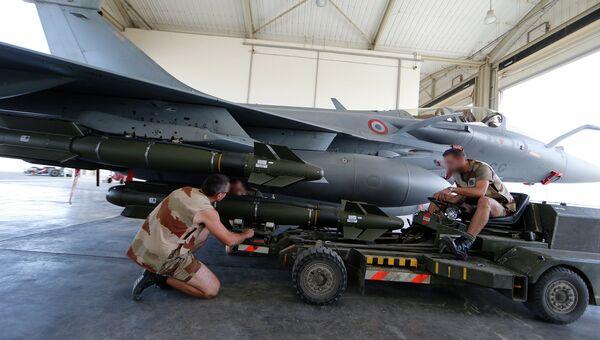 Французские военные готовят к боевому вылету истребитель Рафаль. 17 ноября 2015