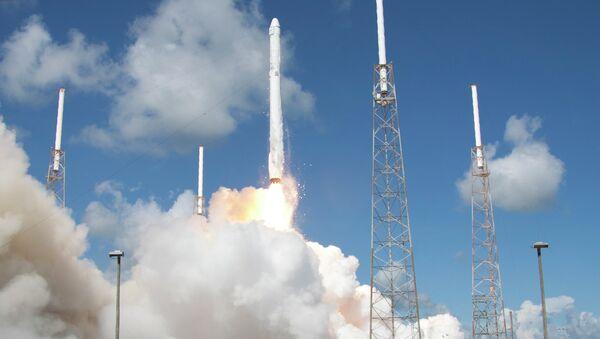 Запуск ракеты SpaceX Falcon 9 со спутником Dragon. Архивное фото