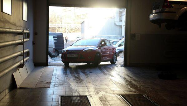 Автомобиль выезжает из сервисного центра Форд-Независимость после прохождения процедуры технического осмотра. Архивное фото