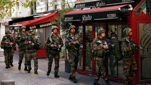 Полиция Франции во время операции в районе Сен-Дени, Париж