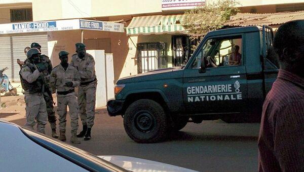 Сотрудники сил безопасности Мали возле отеля Radisson Blu в городе Бамако. 20 ноября 2015. Архивное фото