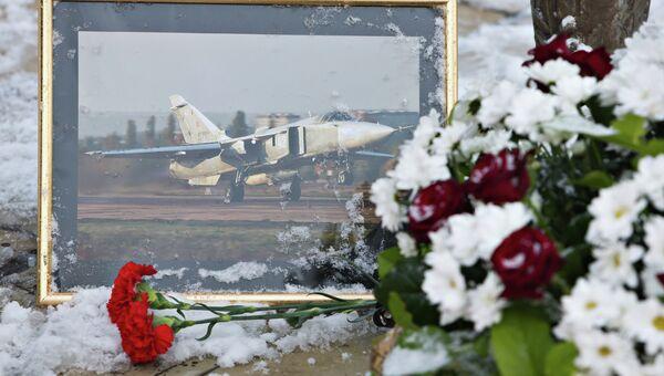 Цветы у памятника авиаторам в центре Липецка в память о подполковнике липецкого авиацентра ВВС России Олеге Пешкове