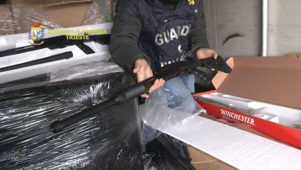 Полиция Италии конфисковала 800 дробовиков из Турции. Оперативная съемка