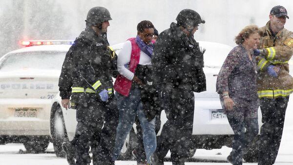 Полиция эвакуирует людей из здания центра планирования семьи, где неизвестный начал перестрелку с полицией
