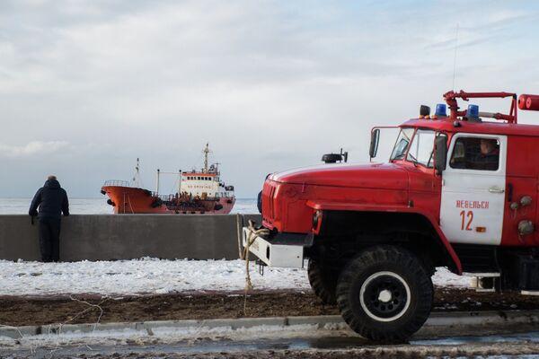 Вид с городской набережной на танкер Надежда, севший на мель в акватории порта Невельск Сахалинской области