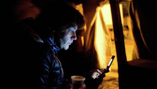 Местная жительница в палаточном городке МЧС России в Симферополе