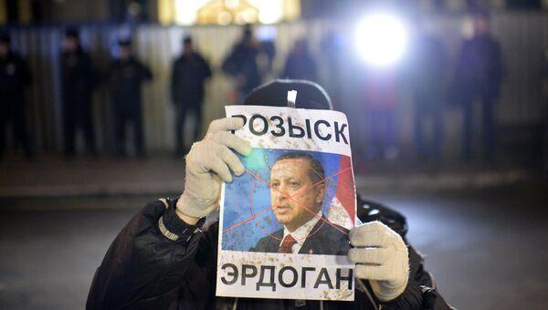 Участник акции протеста против действий турецких ВВС, которые сбили российский самолет Су-24
