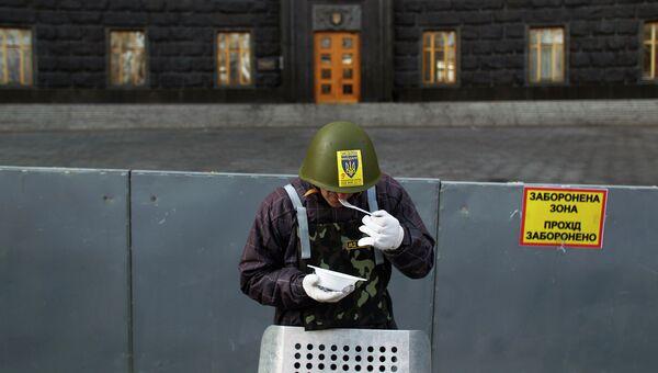 Протестующий у здания правительства в Киеве. Архивное фото