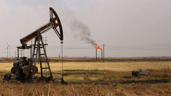 Вышки на нефтяном месторождении в Сирии