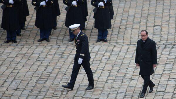 Президент Франции Франсуа Олланд у собора Дома Инвалидов в Париже