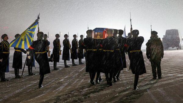 Почетный караул несет гроб с телом русского летчика Олега Пешкова