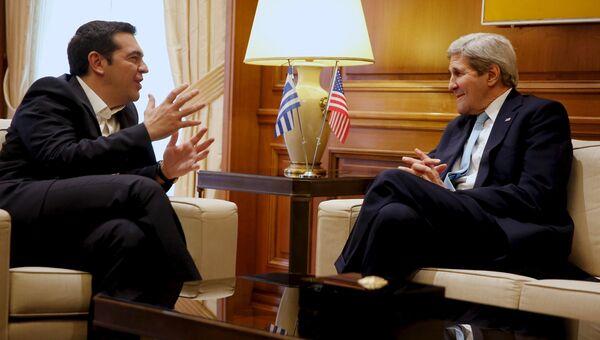 Премьер-министр Греции Алексис Ципрас и Госсекретарь США Джон Керри во время встречм в Афинах