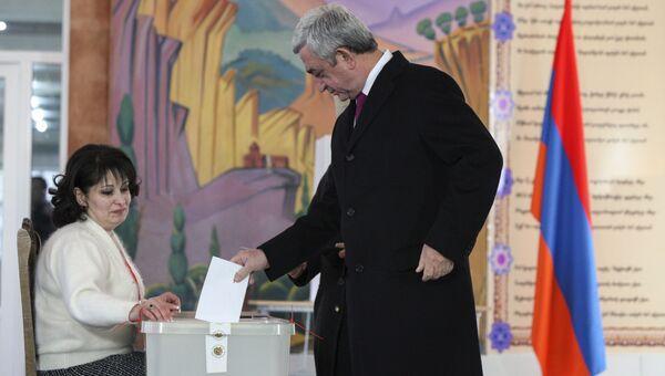 Президент Армении Серж Саргсян проголосовал на референдуме по внесению изменений в Конституцию страны. Архивное фото
