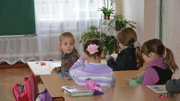 Дети в школе в села Желтое, ЛНР. Архивное фото