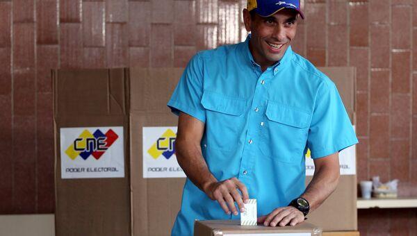 Оппозиционный лидер Энрике Каприлес голосует на выборах