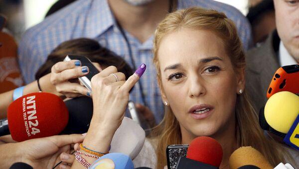 Лилиан Тинтори, жена оппозиционного лидера Леопольда Лопеса, на встрече с журналистами во время парламентских выборов в Каракасе, Венесуэла