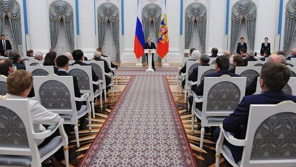 Президент России Владимир Путин выступает во время церемонии вручения государственных наград в Екатерининском зале Кремля