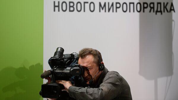 Оператор на съемке конференции RT. Архивное фото
