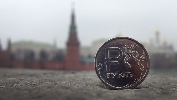 Рублевая монета на фоне Московского Кремля. Архивное фото