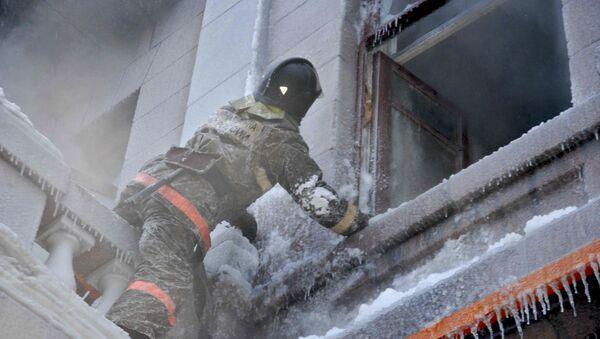 Пожарный осматривает помещение. Архивное фото
