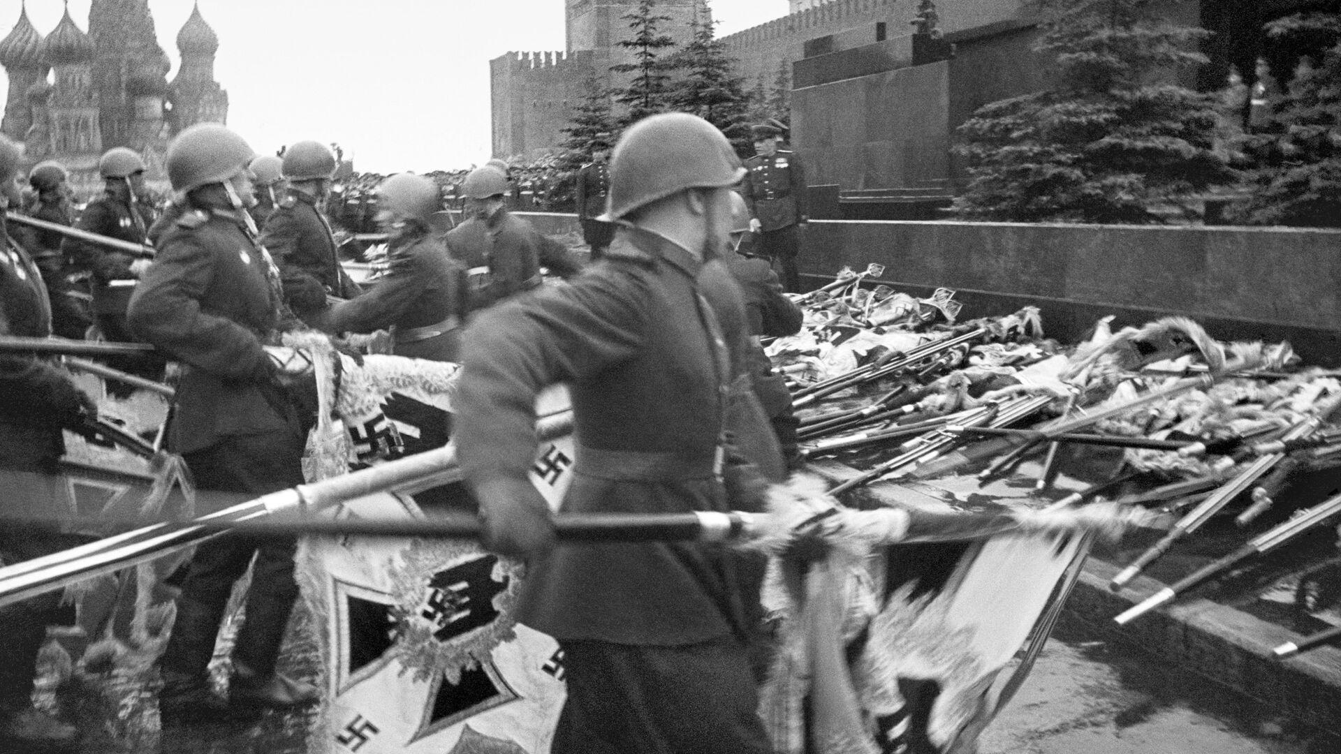 Знамена поверженных фашистских армий падают к стенам Кремля. Москва. 1945 год - РИА Новости, 1920, 09.05.2021