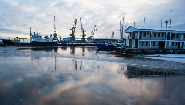 Суда на зимовке и дебаркадер-гостиница на берегу Онежского озера в Карелии. Архивное фото