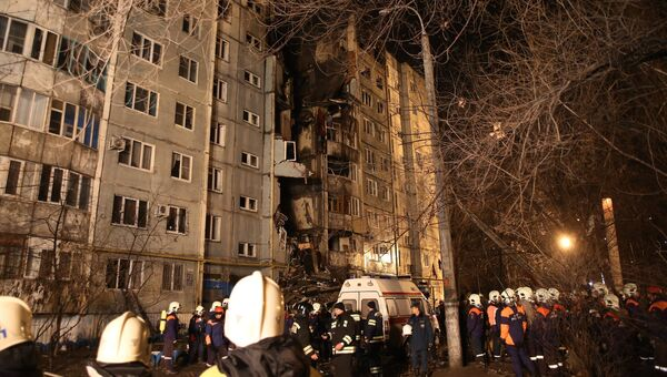 Сотрудники МЧС РФ у разрушенного в результате взрыва бытового газа многоэтажного дома по улице Космонавтов в Волгограде.