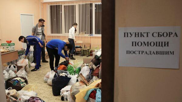Волонтеры работают на пункте сбора гуманитарной помощи для жителей, пострадавших в результате взрыва бытового газа в многоэтажном доме по улице Космонавтов, в школе №33 города Волгограда