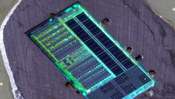 Микрофотография чипа, работающего одновременно при помощи света и электронов