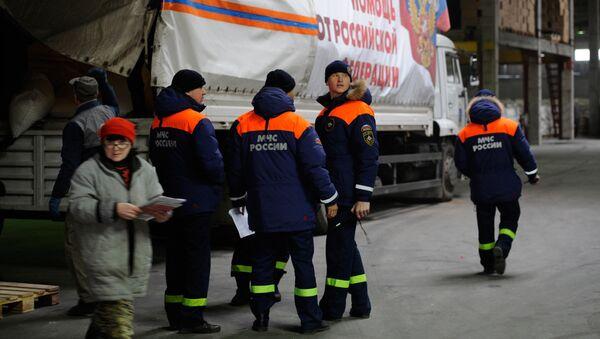 Последний в 2015 году гуманитарный конвой МЧС Российской Федерации, который доставил в ДНР продукты питания, медикаменты и новогодние подарки, а также елки, прибыл в Донецк. Архивное фото
