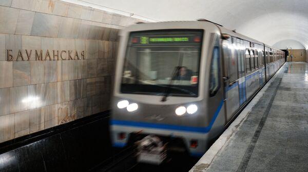 Поезд на станции Бауманская Арбатско-Покровской линии Московского метрополитена, открывшейся после капитального ремонта