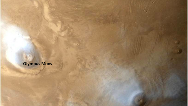 Вулкан Олимп на Марсе, окутанный облаками