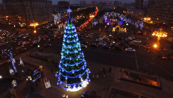 Новогодняя ель на Пушкинской площади Москвы. Съемка с воздуха
