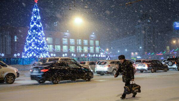 Прохожие на площади Ленина в Новосибирске.