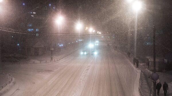На улице Южно-Сахалинска во время метели.