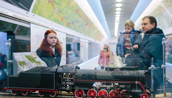 Посетители у макета паровоза Л-2344 Победа в передвижном выставочно-лекционном комплексе РЖД в Иваново
