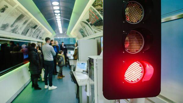 Посетители в передвижном выставочно-лекционном комплексе РЖД в Иваново