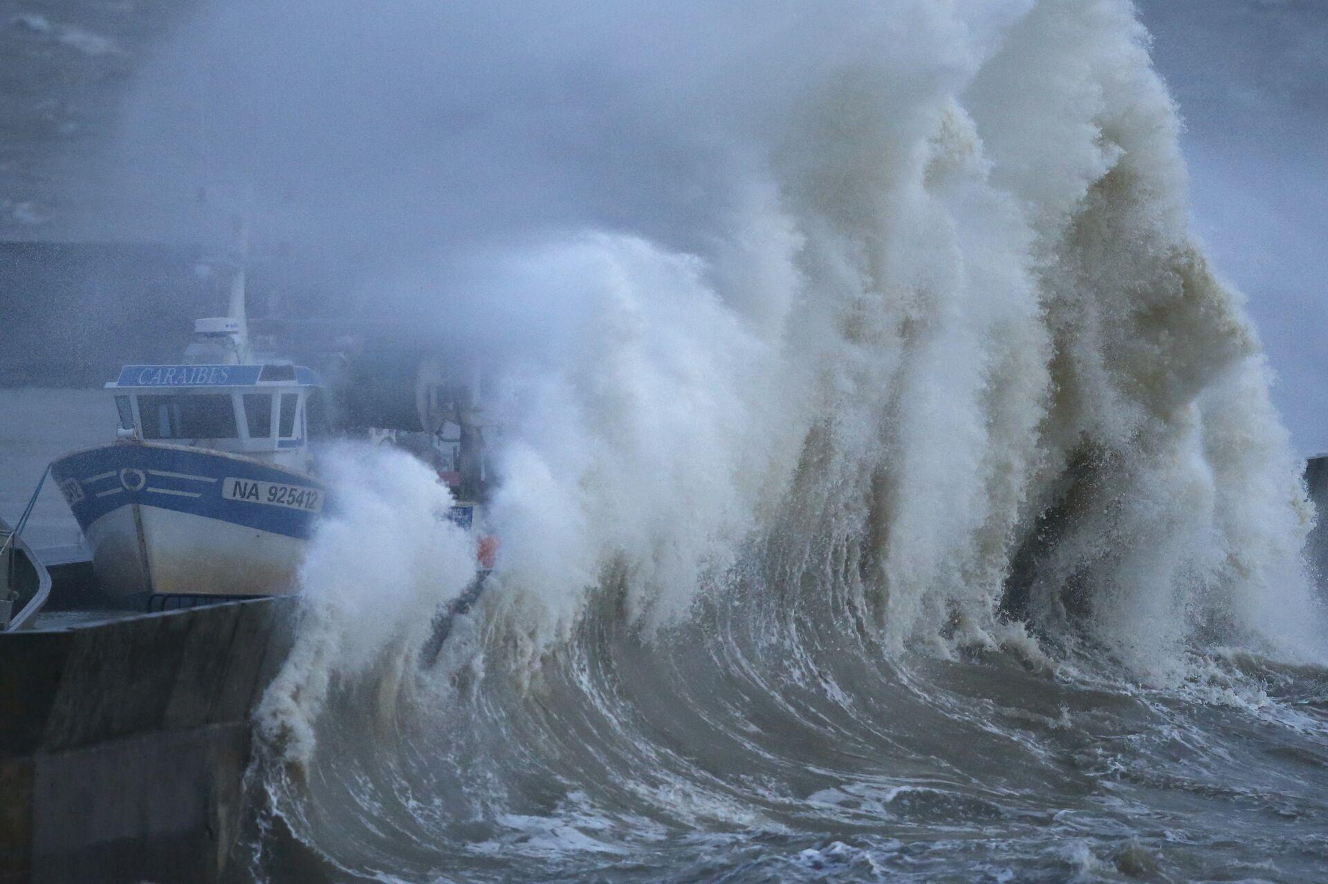 Волны во время шторма в рыбацкой гавани во Франции - РИА Новости, 1920, 23.10.2020