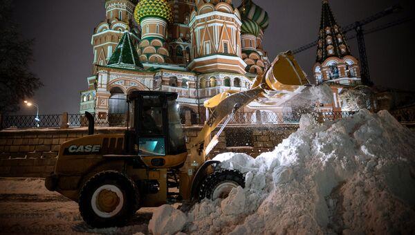 Уборка снега на Красной площади в Москве. Архивное фото