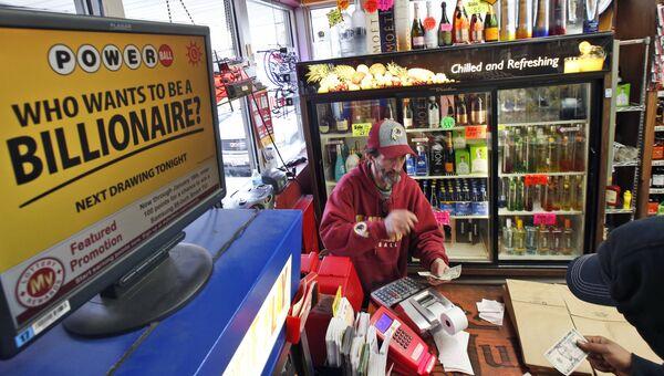 Мужчина покупает лотерейный билет Powerball. Архивное фото