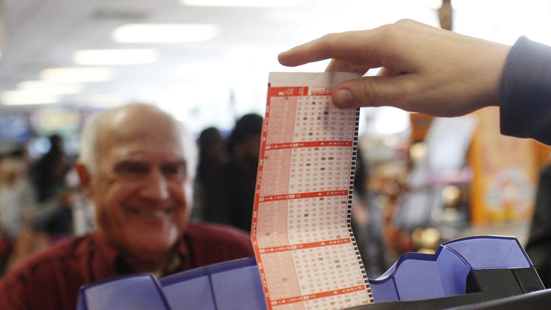 Мужчина покупает лотерейный билет Powerball максимальный выигрыш которой на данный момент составляет 1,5 миллиарда долларов - РИА Новости, 1920, 14.05.2021